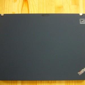 ThinkPad ロゴのみでシンプル。